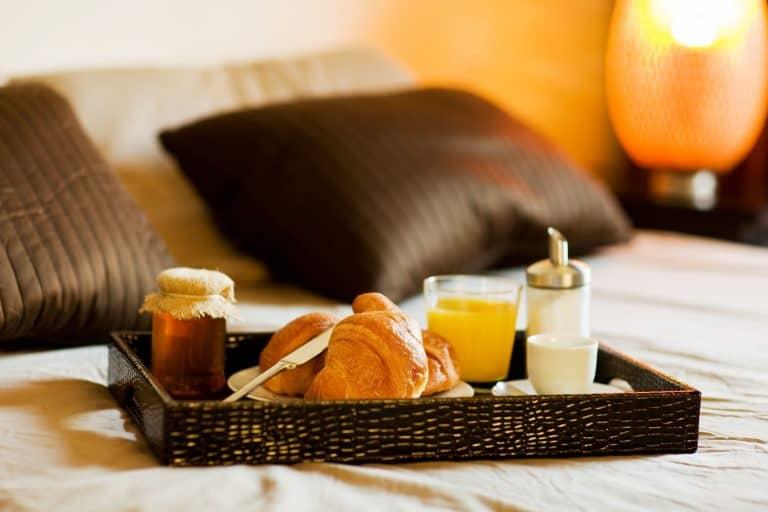 Frühstückstablett auf Bett