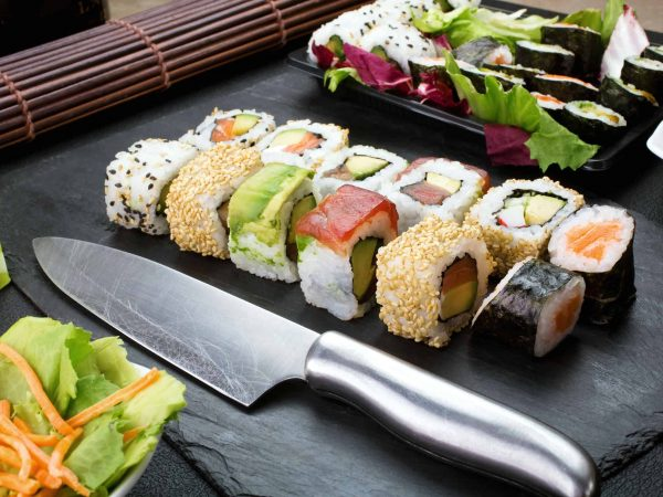 Messer neben Sushi