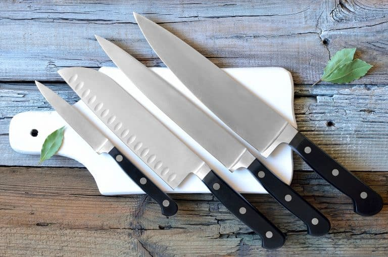 Messerset auf Schneidebrett